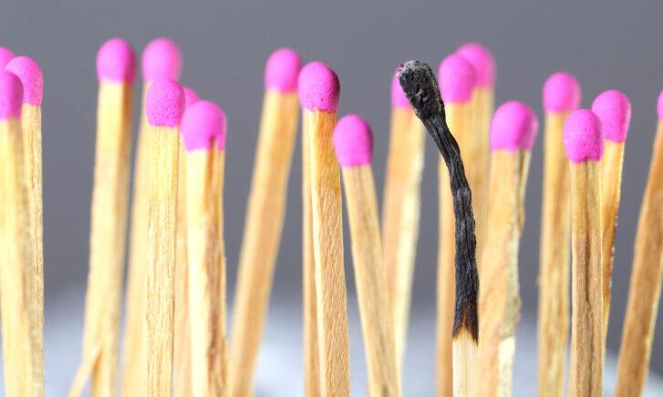 Herstelbegeleiding bij Burnout: serie lucifers met één verbrande lucifer